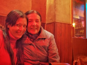 Mi mamá y yo en un coffee shop en Amsterdam. El mejor momento de mis 32avo año.
