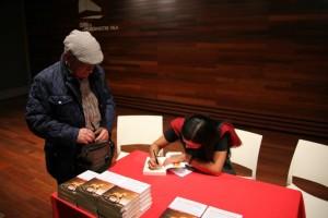 Yo, firmando mi primer libro autografiado en la vida... ¡esa vara!