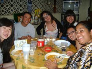 Dos coreanos, más Gemma, más dos coreanas, más Silvana, de Brasil.