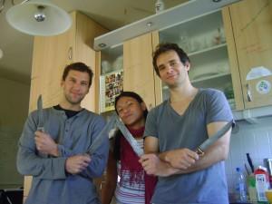 Jon, Kami y yo, con los legendarios cuchillos de su abuelo.
