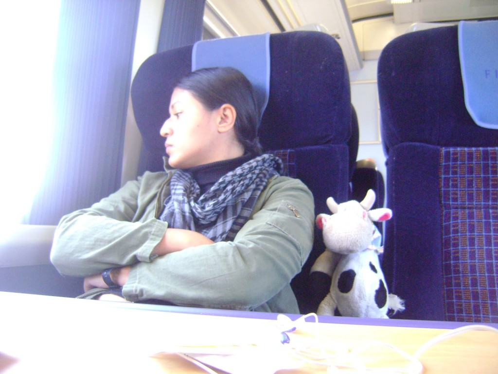 La Cow y yo viajando en primera clase de un tren inglés. Nótese que no me hace gracia, precisamente...