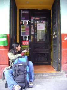 Mi mochila y yo en las afueras de un bar de tapas. Madrid.