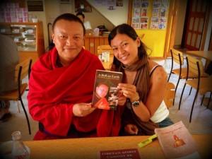 Con el Venerable Bagdro, monje y ex preso político tibetano refugiado en India, autor de A hell on Earth. Una de mis fotos favoritas.