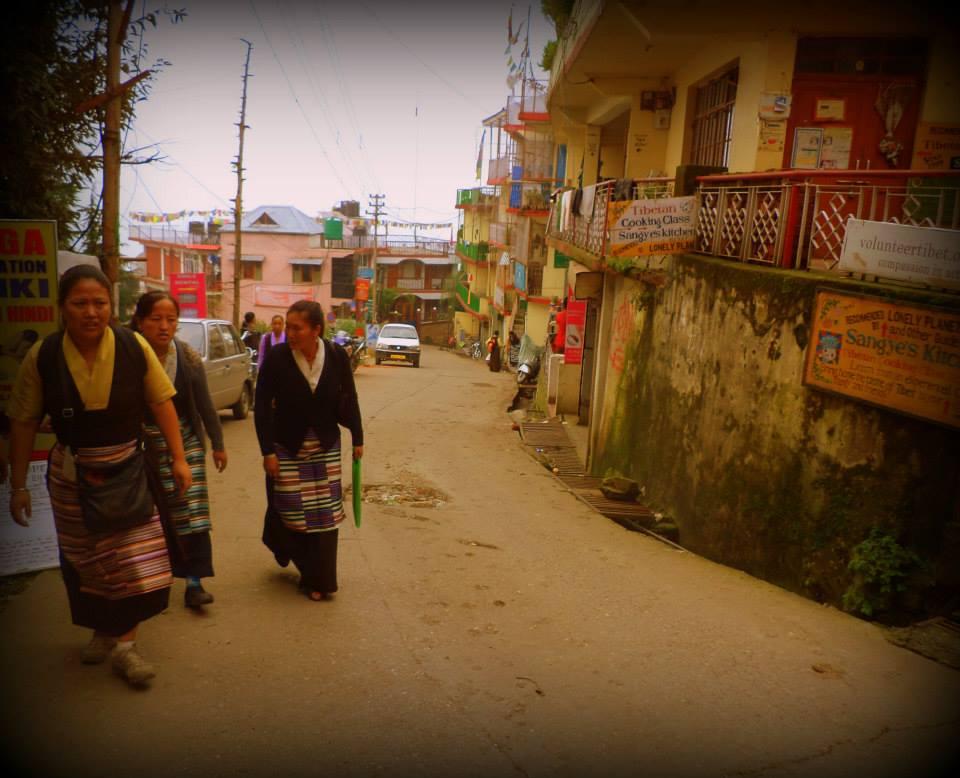 Un grupo de mujeres tibetanas, caminando frente a la Asociación de ex presos políticos. McLeod Ganj.
