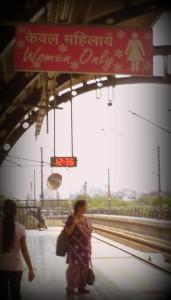 Parada para mujeres en el metro. Delhi.