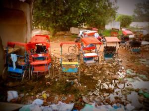 Rickshaws y algo de basura.