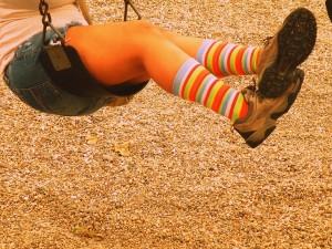 Como parte de mi síndrome de Peter Pan, suelo columpiarme en hamacas y vestir medias de colores...