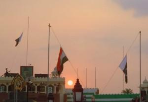 Ceremonia de clausura frontera India-Pakistán. Si pude tomar esta foto al atardecer, fue porque andaba acompañada. :p