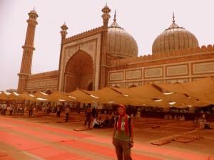 En la mezquita más grande de India, con la cabeza cubierta y siguiendo las reglas.