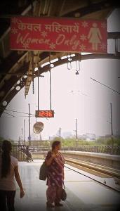 Parada del metro exclusiva para mujeres. Delhi.