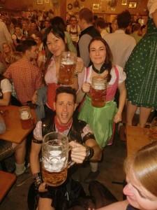 En el Oktoberfest, en Munich. Con tanta cerveza, ¿quién no se traga el miedo?