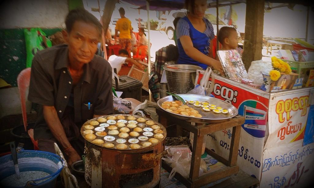 Minihuevos: no sé si son de codorniz o de qué animal birmano, pero se venden por cantidades industriales en las calles de Yangon.