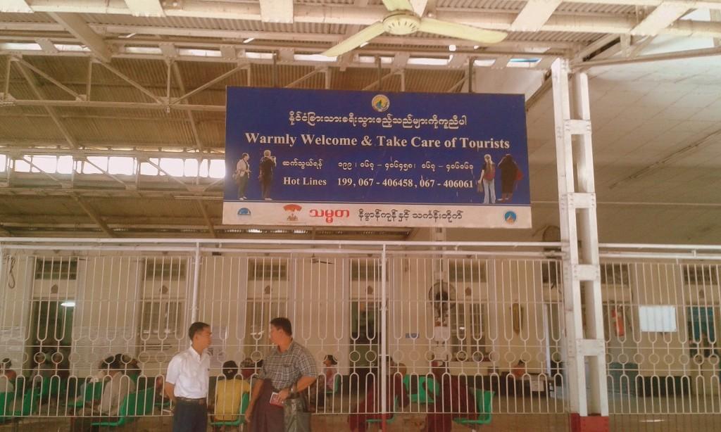 ¿Ven? He aquí otra razón para sentirme segura en Asia: he aquí un rótulo en el que los turistas somos encomendados a los birmanos que acaban de llegar. Estación de trenes. Yangon.