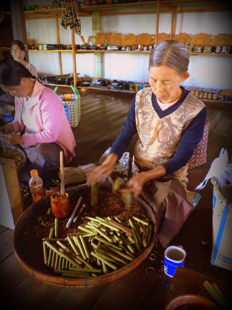 Mujer haciendo cigarros. Lago Inle.