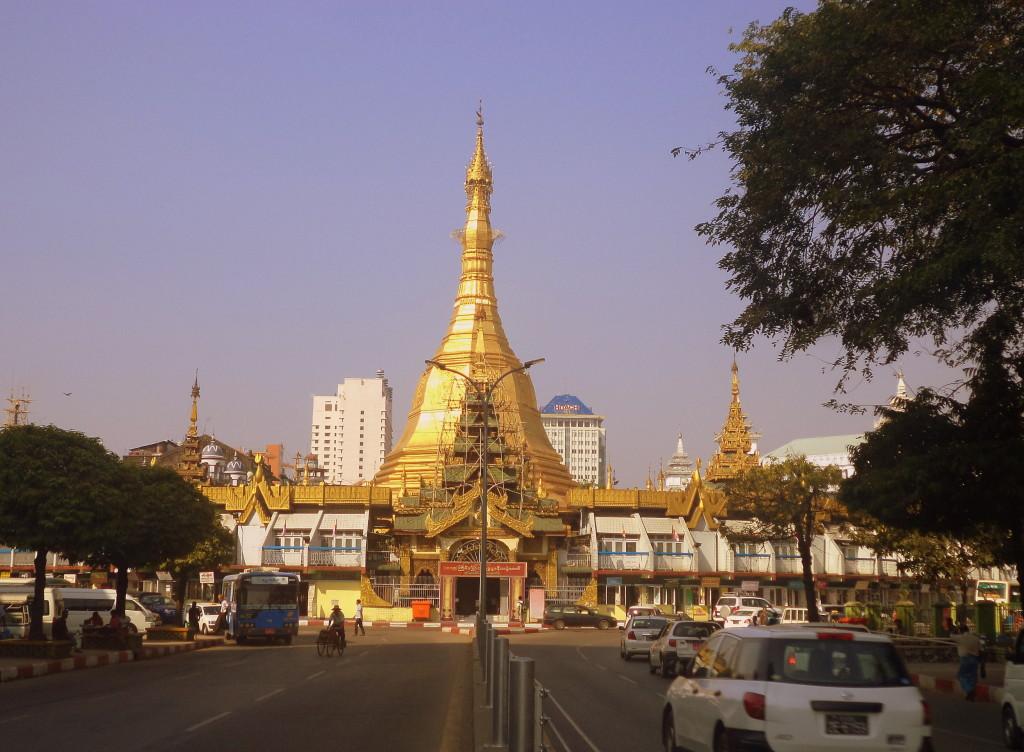 La incoherente estupa/rotonda. Yangon.