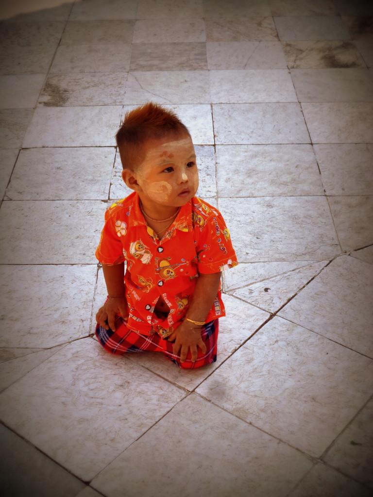 Niño usando thanaka
