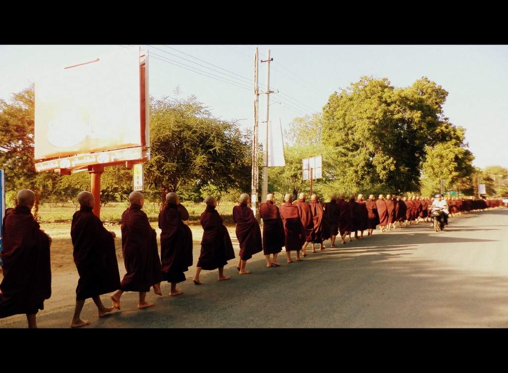 Procesión de monjes: desde el más viejo...