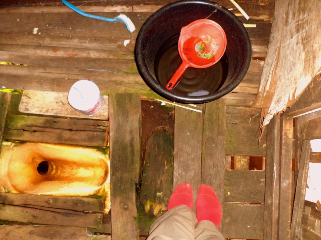 Baño en Inle Lake. Hueco, el típico balde para limpiarse, papel higiénico para occidentales y abajo, el agua, que todo lo purifica.