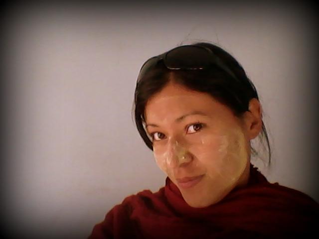 Yo usando thanaka. Aunque no soy fan del maquillaje, al lugar que fueres haz lo que vieres...