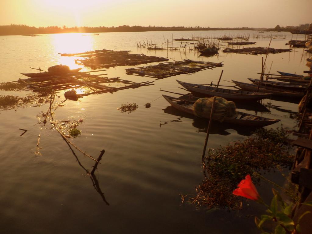 Esta es la vista desde la terraza de mi casa. Vivo junto a un río. Mis vecinos son pescadores y, en la madrugada, abren la puerta trasera de sus casas, saltan a sus barcas y se van a pescar. La flor que ven a la derecha se abre todos los días con el sol y se duerme en las noches. Como los pescadores.