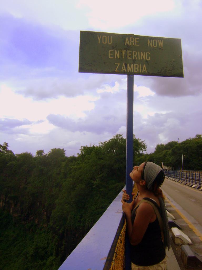 Yo, optimistamente cruzando la frontera hacia Zambia.