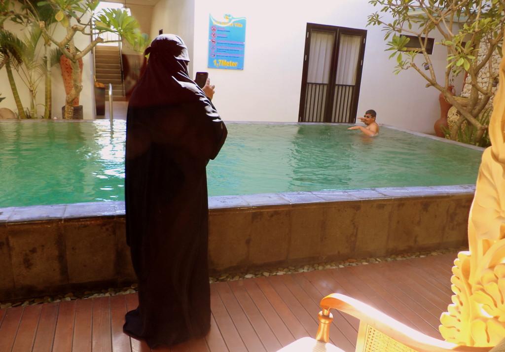 Estos son los huéspedes del cuarto de enfrente en mi hotel en Bali. Mientras el mae nadaba en la piscina, su mujer le sacaba fotos con el celular. Hacía un calor de justicia. Cuando me metí a la piscina también (en bikini) él me prestó sus lentes para nadar, porque yo no andaba y notó que tenía los ojos rojos por el cloro. No me miró con odio, ni con deseo, ni nada. Solo me sonrió. Nada más contradictorio que los seres humanos. Nada. Bali, Indonesia.