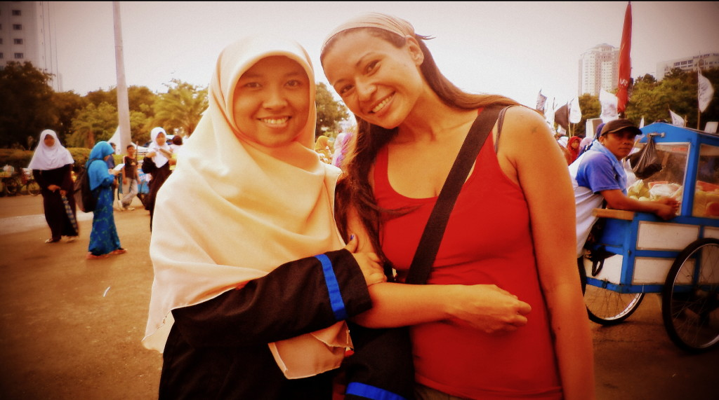 Yo, con la muchacha que conocí ese 8 de marzo en Jakarta, Indonesia. Nos llamamos amigas, aunque nunca ninguna recuerde el nombre de la otra, ni nos volvamos a cruzar en esta vida.