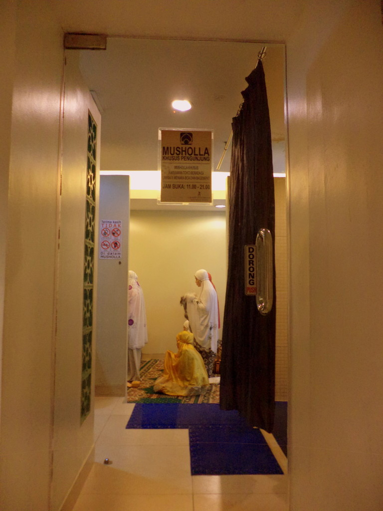 Esto es una musholla en un centro comercial. Es un cuarto cerca de los baños (uno para hombres y otro para mujeres) donde se puede ir a rezar hacia la Meca, algo que los musulmanes hacen 5 veces al día. Jakarta, Indonesia.