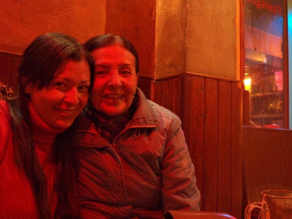 Mi mamá y yo en un coffee shop. Ámsterdam, Holanda.