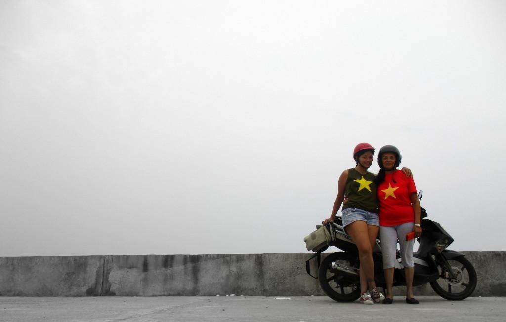 Mi mamá solo se había subido una vez en moto, por un pinche kilómetro, allá por los años 70. La segunda vez fue justo un día antes de su cumpleaños en Vietnam, la capital mundial de la moto, El miedo se le fue quedando perdido con cada kilómetro recorrido. :) Hoi An, Vietnam.