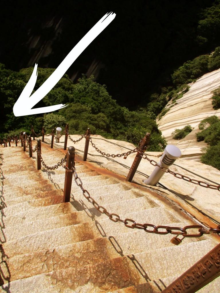 ¿Hacia el averno? Siga la flecha blanca, por favor. Camino del soldado. Monte HuaShan.