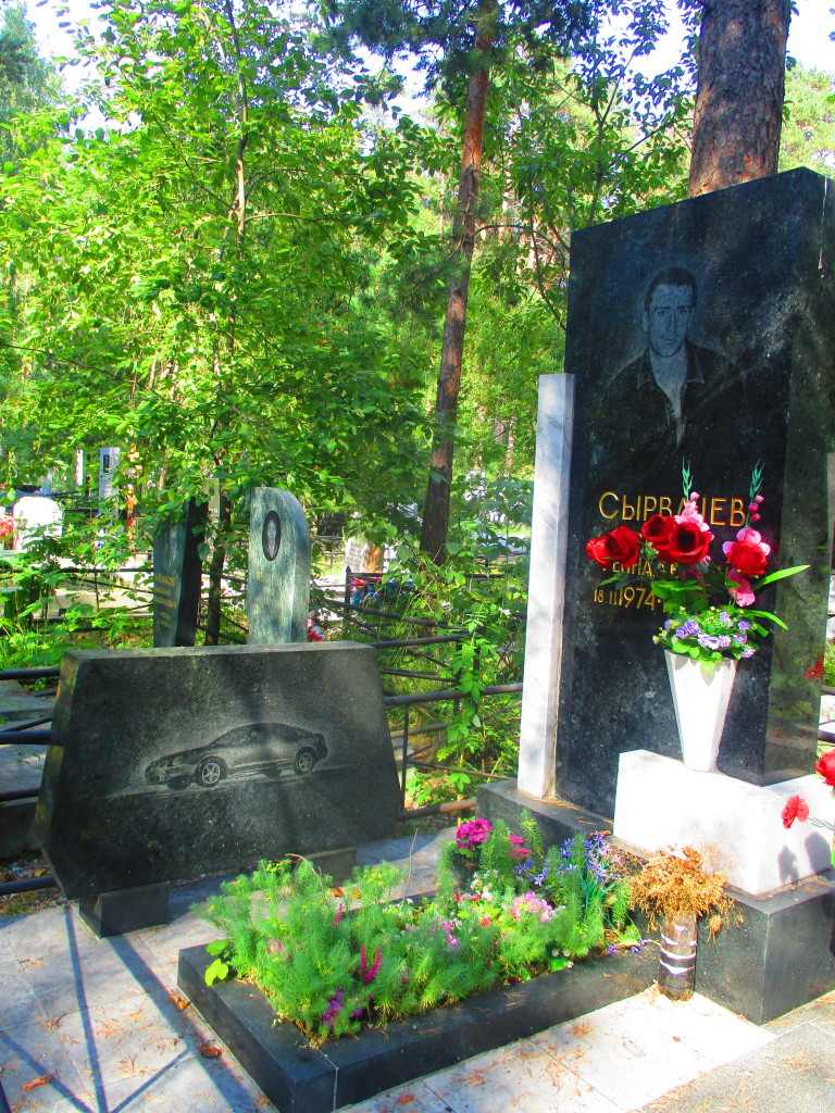 Porque cuando uno muere, debe tomar en cuenta incluir una lápida para su carro. Juntos hasta la eternidad. (Paso 3. Guía didáctica para reconocer la tumba de un mafioso ruso).