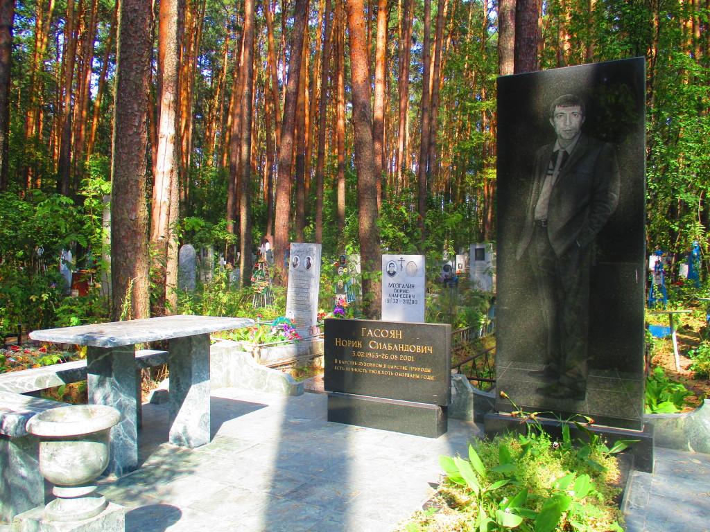 Mesa y banca de mármol para que los camaradas se den su vueltica para tomar vodka. (Paso 4. Guía didáctica para reconocer la tumba de un mafioso ruso).
