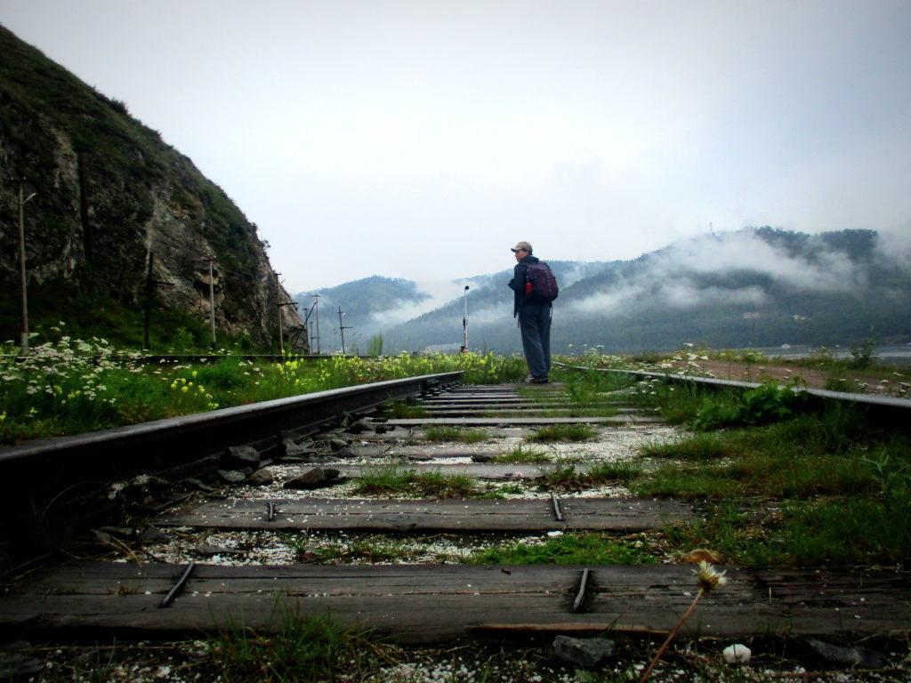 Caminar por la línea del tren a mí me parece mu simbólico, pero es mejor subirse al tren. Lago Baikal, Siberia.