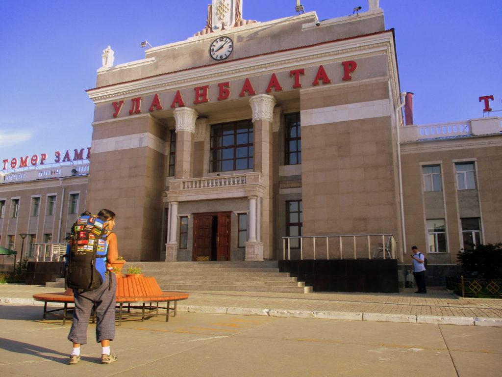 En la estación de tren de Ulaanbaatar (sí, eso dice en cirílico ahí arriba).