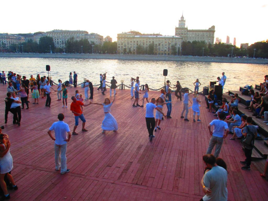 Rusos tomando clases colectivas de baile en pleno verano. #LosRusosQueNoTeníasEnMente. Parque Gorki, Moscú.