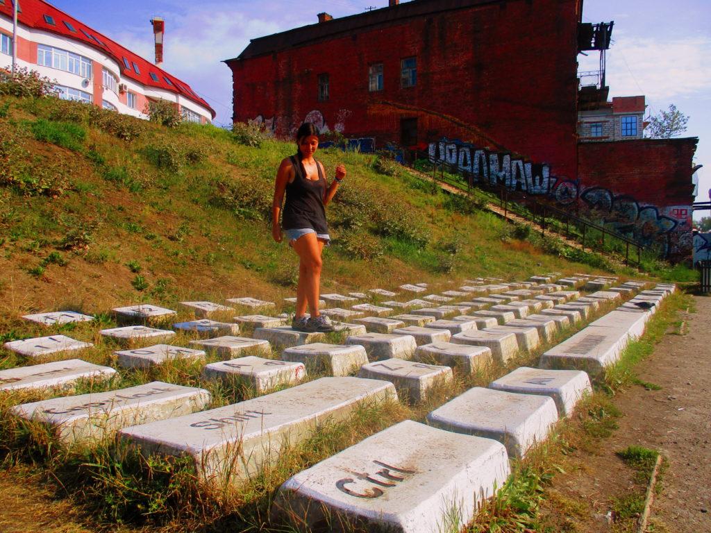 Yo escribiendo mi vida literalmente en un teclado gigante. Yekaterinburgo, Rusia.