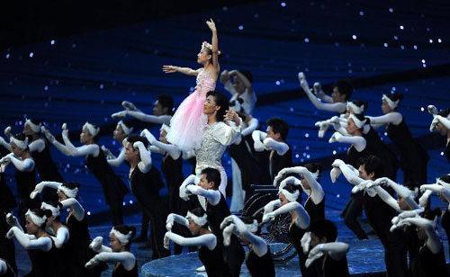 Li Yue, de 10 años, y cuyo sueño era ser bailarina, estuvo atrapada entre los escombros de su escuela por más de 70 horas, hasta que los rescatistas decidieron que la única manera de sacarla era cortándole ambas piernas. Vio su sueño realizado durante la apertura de los juegos paraolímpicos de Beijing ese mismo año, cuando bailó en una silla de ruedas.