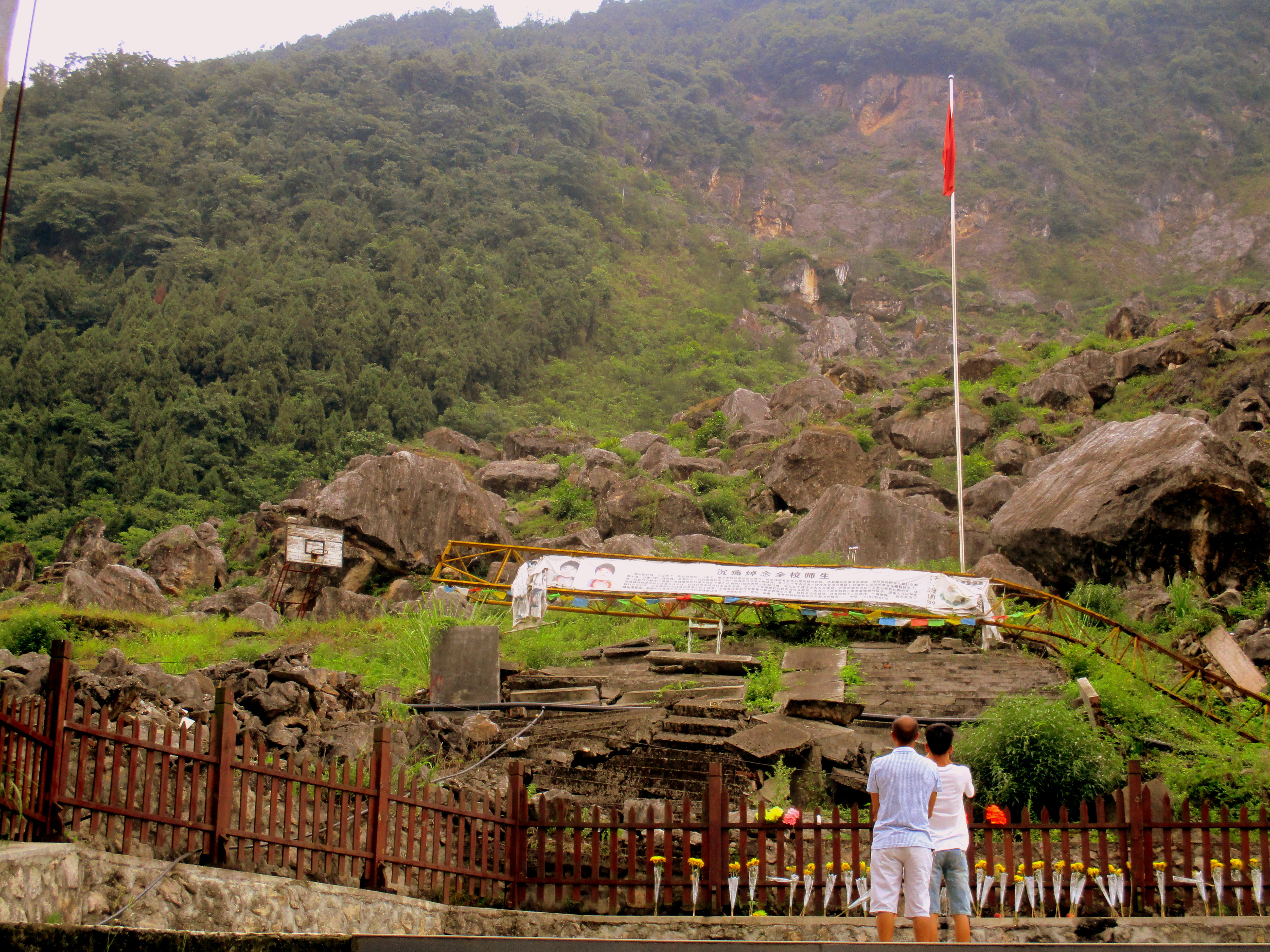 Esta es una de las escuelas de las que solo quedó en pie la bandera china y el aro de la cancha de básket. Me hace pensar que en un terremoto quizás el lugar más seguro es justo al lado del aro de la cancha...